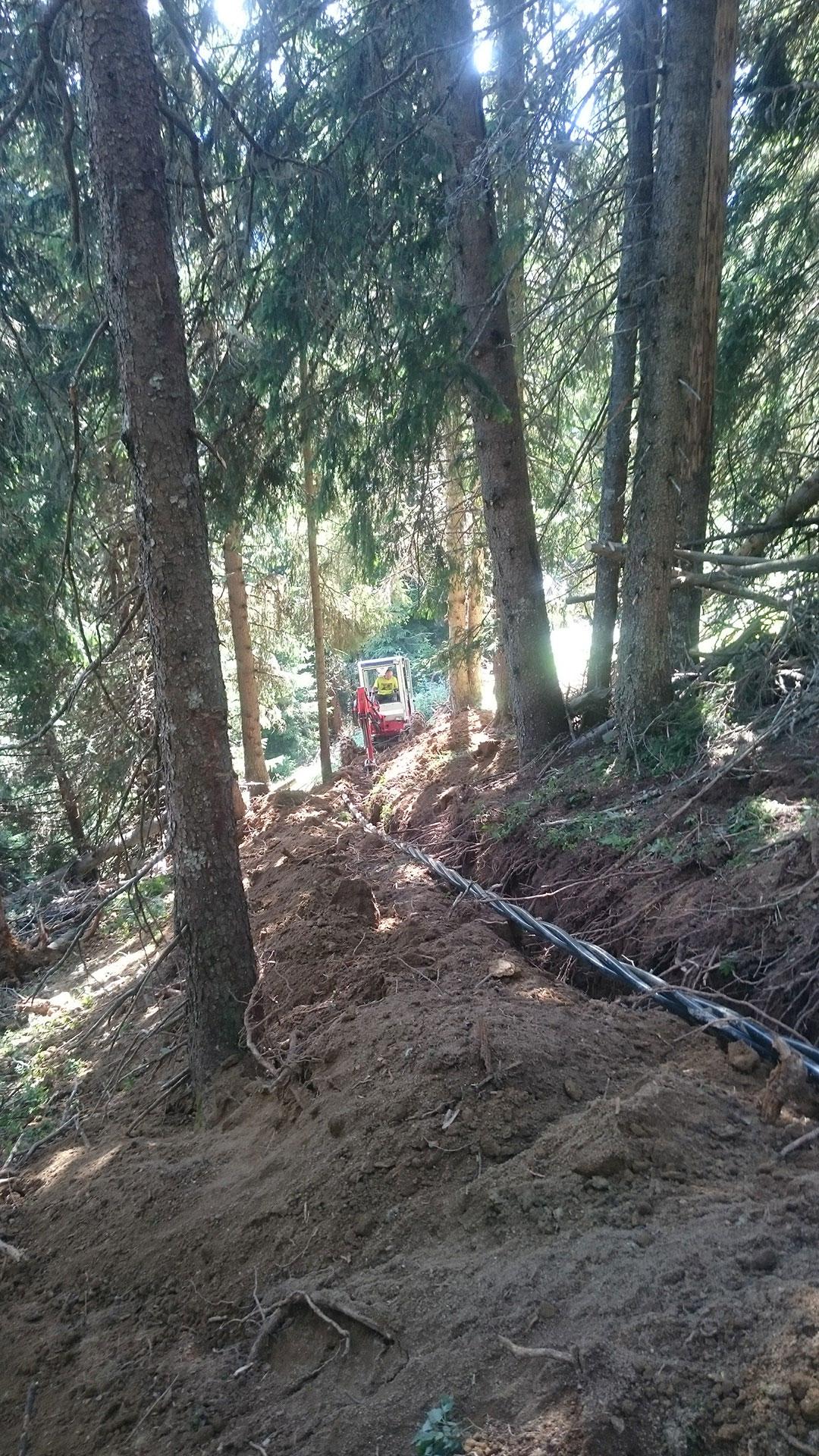 Duperier TP pelle araignée en Savoie - Enfouissement câbles en milieu forestier avec accès difficile